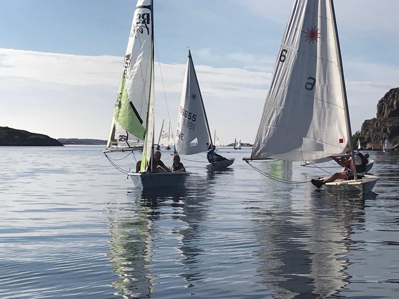 Båtar utan vind i seglet under poängsegling på Stora Stenars segelsällskap