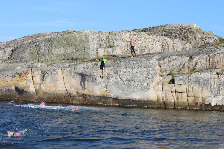 Swimrundeltagare hoppar från berg
